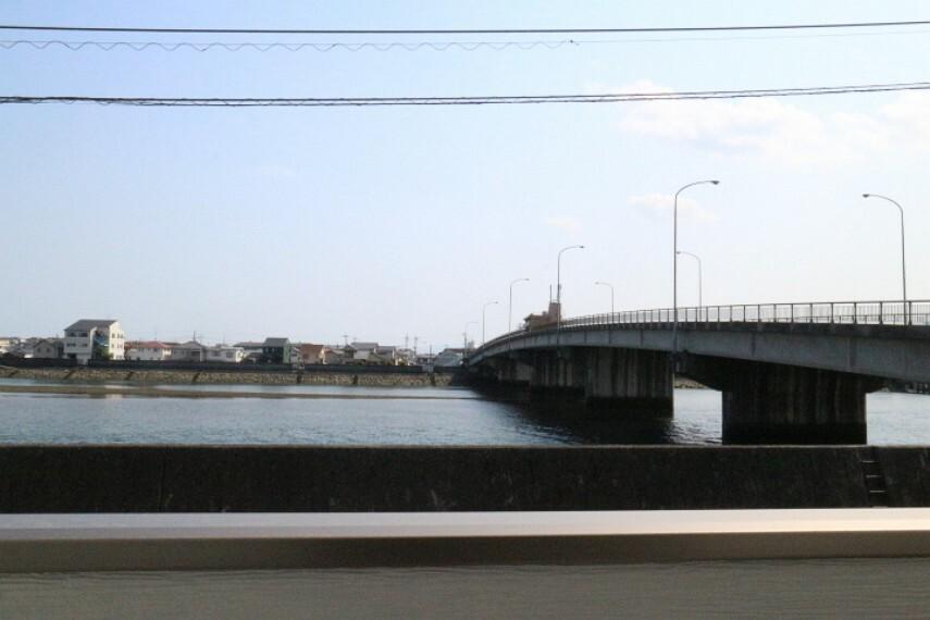 眺望 2020年4月9日撮影 バルコニーからの眺望です。 目の前に今津川が見え、安らぎますね。 右側の道路は県道110号線(岩国錦帯橋空港線)です。