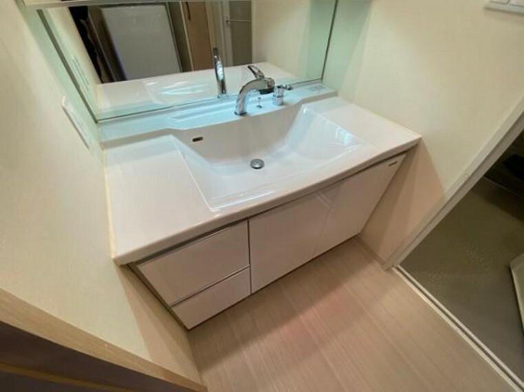 洗面化粧台 大きな鏡がある洗面台!朝の身支度もスムーズですね