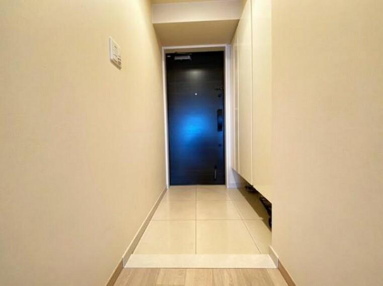 玄関 玄関には大きな収納スペ-スがあり、スッキリとした玄関を実現