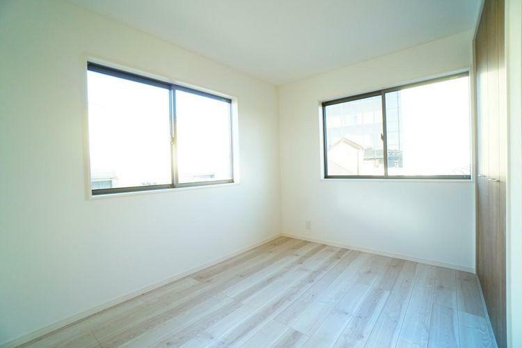 2面に窓がある洋室です。