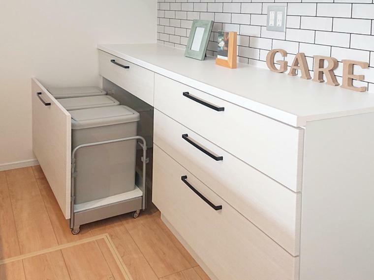 キッチン 施工例 キッチンキャビネットには収納タイプのダストボックス付きです。