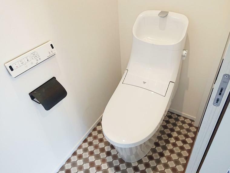 トイレ 床のクロスとアイアンのペーパーホルダーでちょっとおしゃれに!