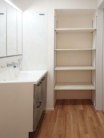 洗面化粧台 収納棚付きです。