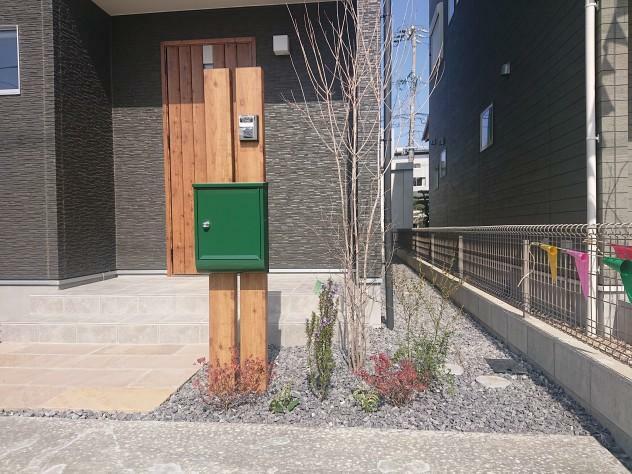 ポスト グリーンのポストが玄関のアクセント! カタログもしっかり収まる大きさです。