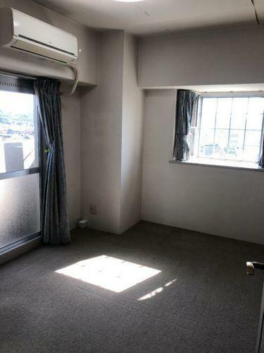 寝室 角部屋ならではの2面に窓があります