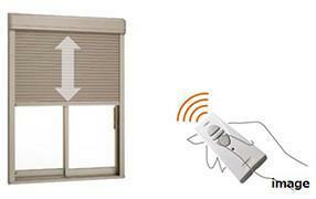 【電動シャッター雨戸】 1階2ヶ所の引違い窓には防風・防犯性を高める電動シャッターを採用。窓を開けずにスイッチひとつで開閉できるので便利です。