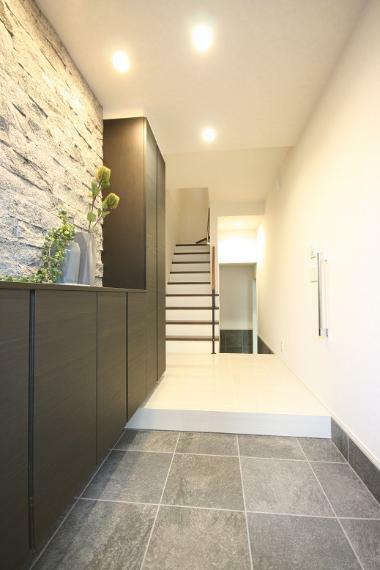 玄関 【玄関ホール】 壁には天然石を貼り、床はタイル仕上げの意匠性の高い玄関ホール。