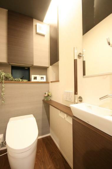 トイレ 【1階トイレ】 手洗いカウンターを完備の意匠性に優れたタンクレストイレ。