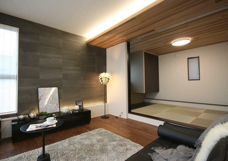 居間・リビング 【リビング+和室】 天井高2.8mの開放的なリビングとモダンな続き間の和室。