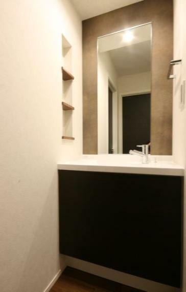 【2階洗面化粧台】 2階にも洗面化粧台設置。2階の掃除の時や各洋室にいる時、就寝前に便利。