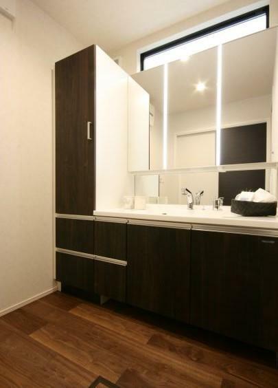 【洗面室】 広々とした洗面室には、たっぷり収納できるトールタイプを採用。