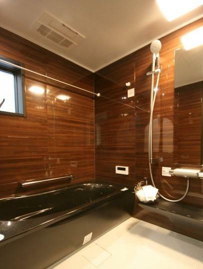 浴室 【1620サイズ浴室】 落ち着いた色調とデザインが魅力。魔法びん浴槽、コンフォートウェーブシャワーなど機能性も重視し、癒しの空間に。
