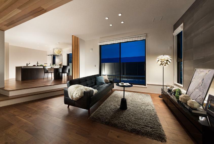 居間・リビング 【リビング】 南に面した開放的なリビング。LDK22帖を超える広々とした空間が魅力。約2.8の天井高やゾーニングを意識したスキップフロアもポイント。