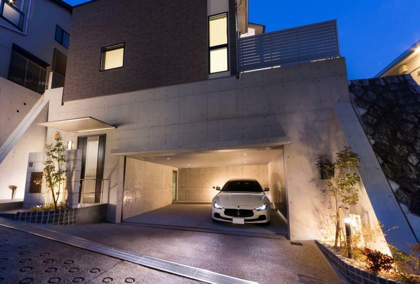 現況外観写真 【ビルトインガレージ】 本山鹿子の高台の立地に、ビルトインガレージのある邸宅が誕生しました。