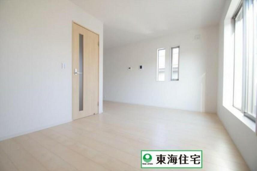 居間・リビング 《2階LDK13帖》プライバシーを確保でき、リラックスできる2階リビング