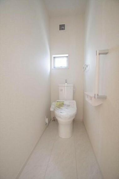 トイレ 《トイレ》白を基調とした清潔感のあるウォシュレット付きのトイレ