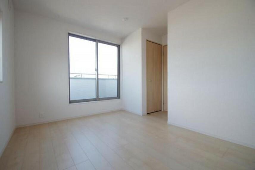 《3階洋室6.5帖》好みの家具や植物、何を置いても映えるシンプルな洋室