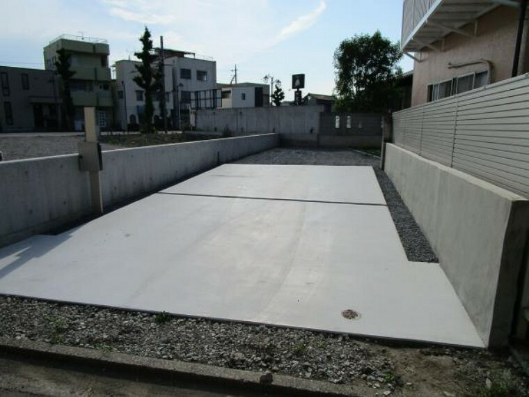 駐車場 【リフォーム済み/駐車】間口が5.0m。車4台らくらく駐車できます。土間コンクリートを打設したので、大事なお車が泥ハネなどで汚れる心配などはありませんよ。