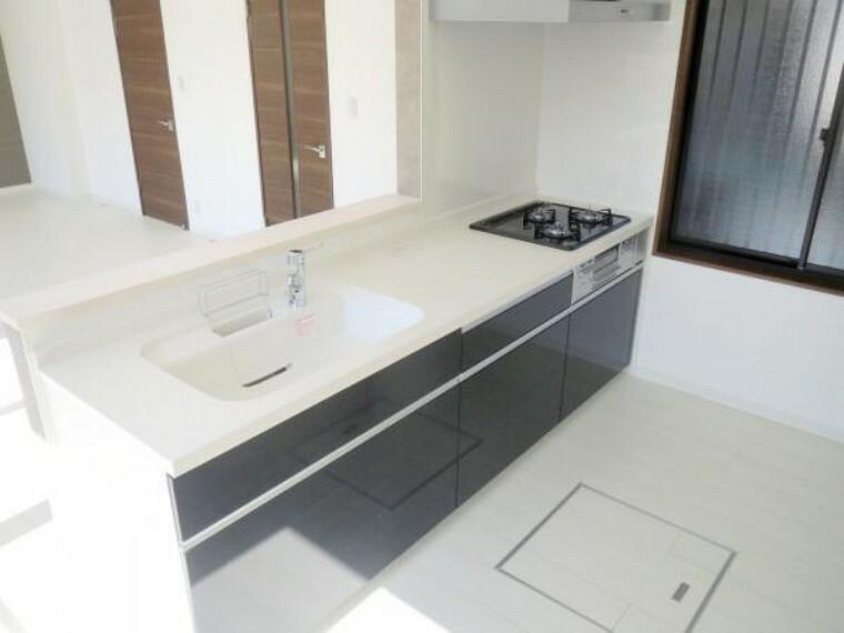 キッチン 【リフォーム済み/キッチン】キッチンはLIXIL製の新品に交換し、カウンターを造作しました。天板は人造大理石製なので、熱に強く傷つきにくいため毎日のお手入れが簡単です。