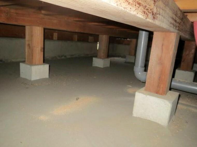 構造・工法・仕様 中古住宅の3大リスクである、雨漏り、主要構造部分の欠陥や腐食、給排水管の漏水や故障を2年間保証します。その前提で床下まで確認の上でリフォームし、シロアリの被害調査と防除工事もおこないました。