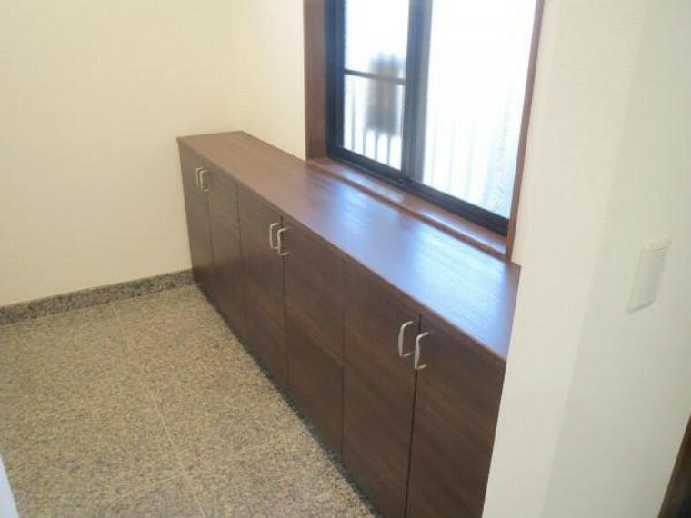 玄関 【リフォーム済み/玄関】広々した玄関スペースです。新品のシューズボックスを設置しました。より機能的で収納力の高い玄関横のクロークへとリフォームしました。