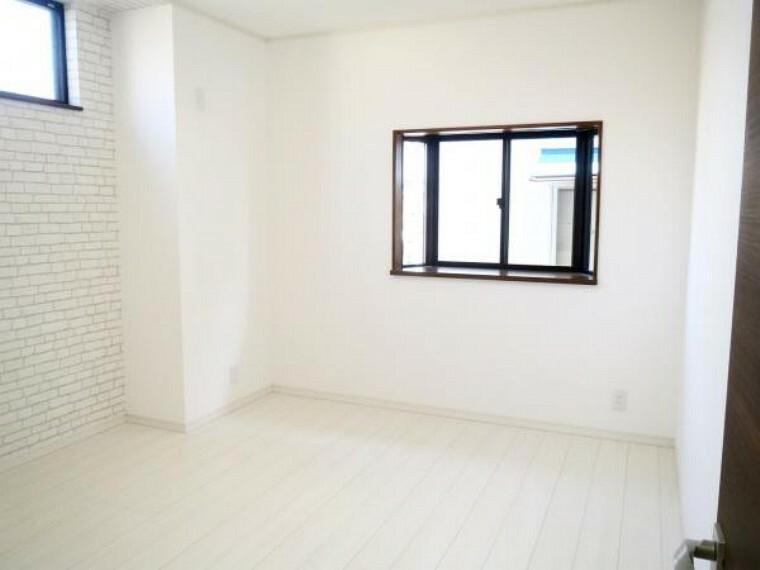 【リフォーム済み/2階北東側洋室】6帖の洋室です。天井・壁のクロスの貼替え、床フローリングの重貼りを行いました。北東の2面採光の静かなお部屋なので、お子様も勉強に集中できますよ。