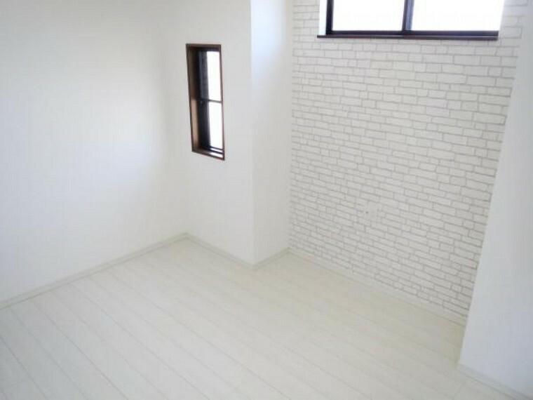 【リフォーム済み/2階北東側洋室】6帖の洋室の別アングルです。北側の壁にアクセントクロスを貼りました。各部屋にテレビジャックを設置してあるので、安心ですよ。