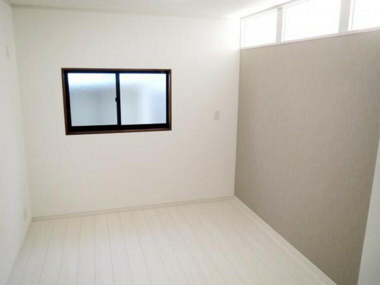 【リフォーム済み/2階東側中央洋室】6帖の洋室です。天井・壁のクロスの貼替え、床フローリングの張替えを行いました。お子様のお部屋としても、広めの収納としてもお使いいただけます。