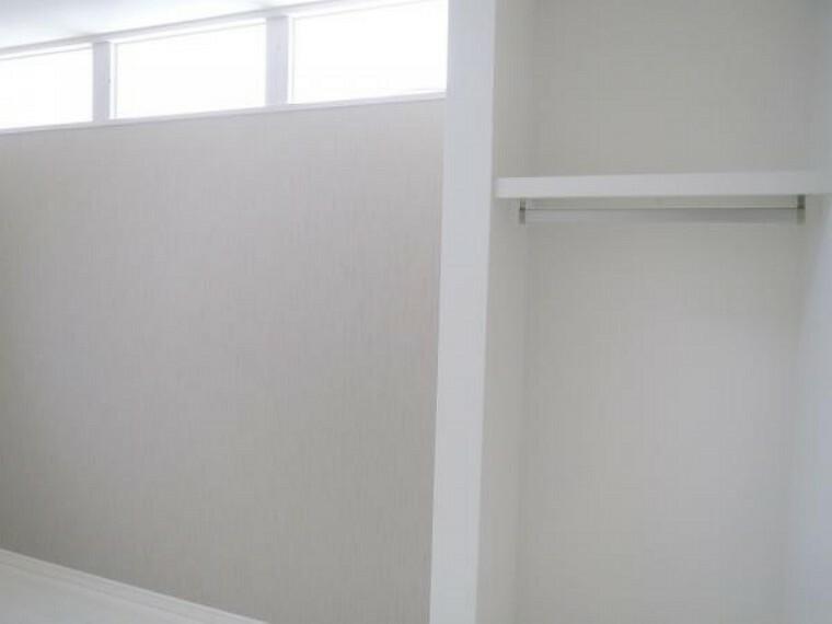 【リフォーム済み/2階東側中央洋室】6帖の洋室には枕棚とハンガーパイプを設置したので、丈の長いお洋服など掛けておけます。南側の洋室との間に明り取りを造作したのでお部屋の明るさも問題ありませんよ。