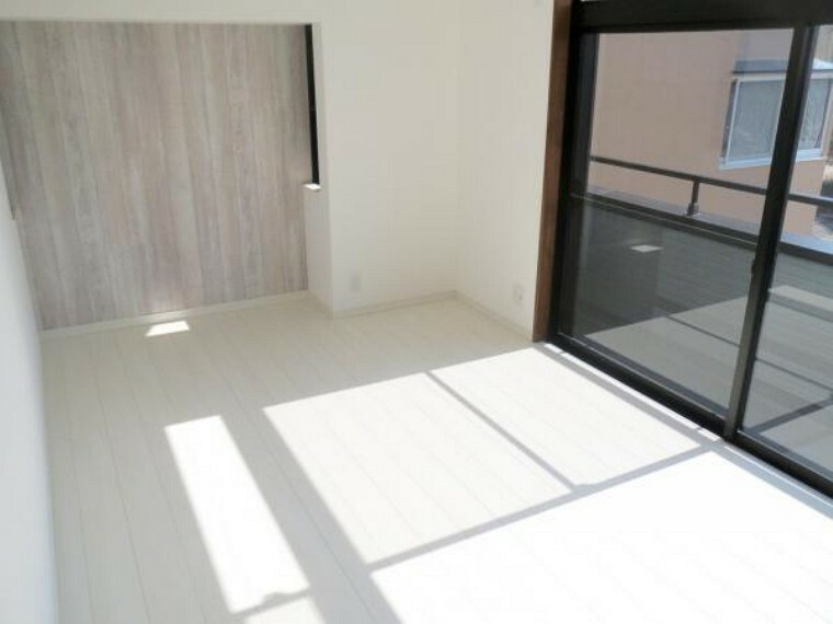 【リフォーム済み/2階南東側洋室】6.5帖の洋室です。天井・壁のクロスの貼替え、床フローリングの張替えを行いました。南側の掃き出し窓からはバルコニーに出ることができます。