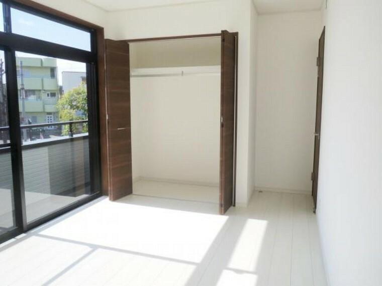 【リフォーム済み/2階南東側洋室】6.5帖の洋室には1帖分のクローゼットがあります。枕棚とハンガーパイプを設置したので、その分お部屋を広く使えます。南側の明るいお部屋を夫婦の寝室にいかがですか。