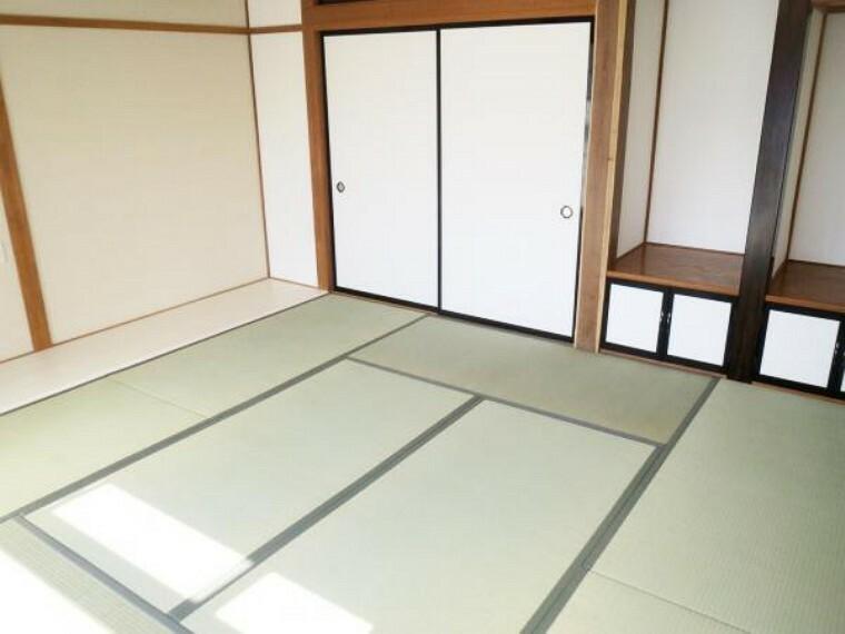 【リフォーム済み/2階和室】8畳の和室の別アングルです。畳の表替え、襖の張替えを行い、イグサの香りが心地よい和の空間へとリフォームしました。客間としても活用していただけます。