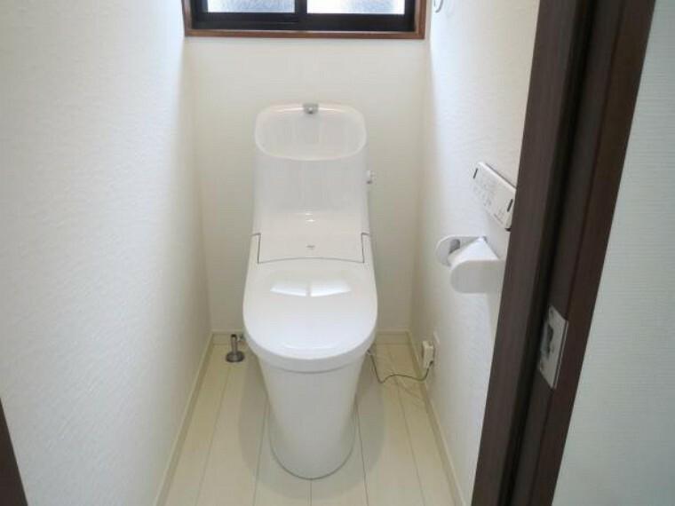 トイレ 【リフォーム済み/2階トイレ】2階のトイレもLIXIL製の温水洗浄機能付きに新品交換しました。2階にもトイレがあると、朝の身支度の時にバタバタしなくて嬉しいですよね。