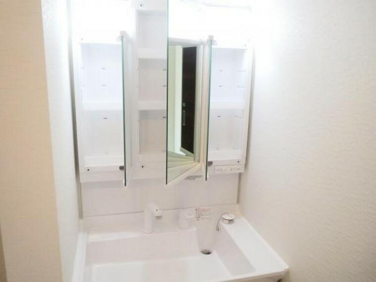 洗面化粧台 【リフォーム済み/洗面化粧台】新品に交換したLIXIL製の洗面化粧台は三面鏡で収納機能に優れています。シャワーヘッドなので、朝の身支度もラクラクですね。