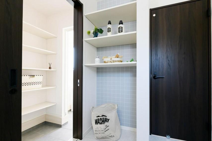収納 【1号地 リネン庫】洗面室に設けた可動棚は、洗剤のストックやタオルを収納しておくのに重宝します。家族みんなの下着やパジャマを収納しておくと入浴の時に便利です。