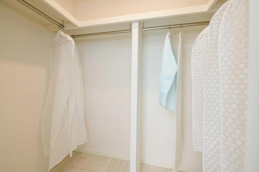 収納 【1号地 主寝室】大容量のウォークインウローゼット。ハンガーにかけて衣類を収納できるので便利です。