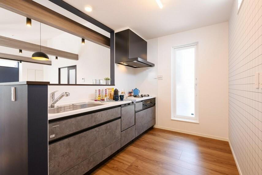 キッチン 【1号地 キッチン】お料理中でも家族とのコミュニケーションが取れる見晴らしの良い対面キッチン。サービスバルコニーに繋がる間取りで、採光と換気にも十分配慮されています。