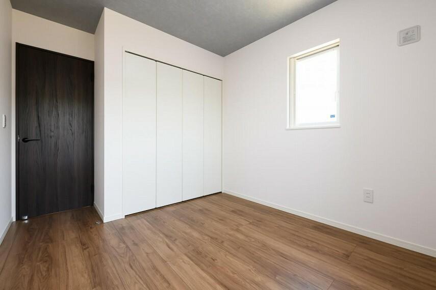 洋室 【1号地 洋室】各部屋にはクローゼットを完備。パイプ付き枕棚が付いているのでお洋服だけでなく  カバンや帽子などもすっきり収納。