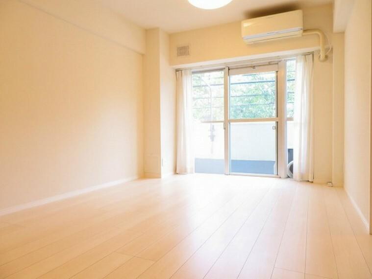 居間・リビング 明るい陽射し射し込むリビング自然と家族が集まる空間です