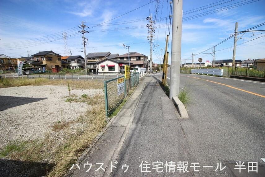 外観・現況 前面道路は歩道も整備され、小さなお子様にも安心