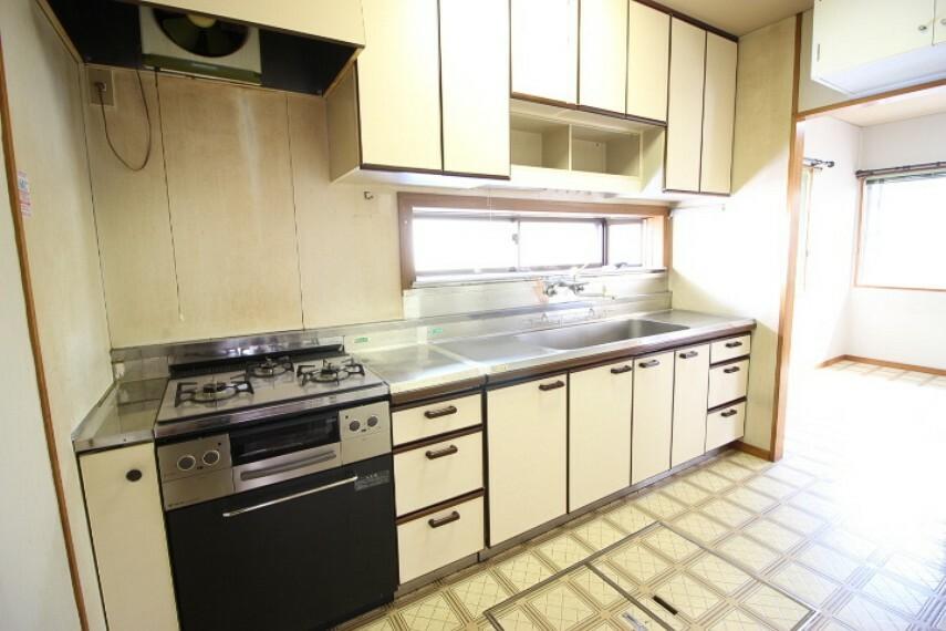 キッチン 買い置き派の方にも重宝する床下収納付