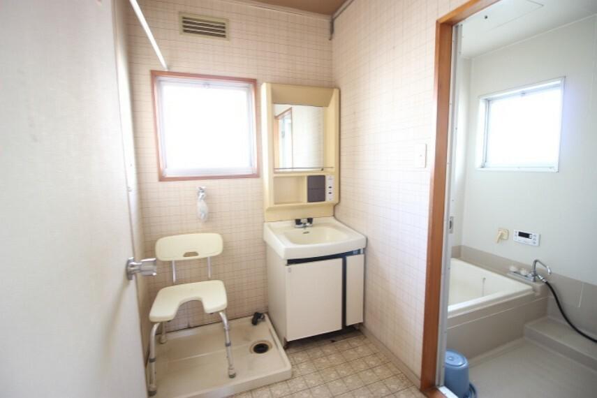 洗面化粧台 換気に役立つ窓のある洗面所
