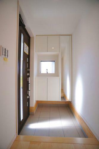 玄関 明るい玄関ですね!玄関周りに窓があると家が明るくなったような気がします!