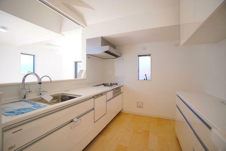 キッチン こちらのキッチンはカップボード付き!収納不足により乱雑になりがちなキッチン周りもこれで安心。
