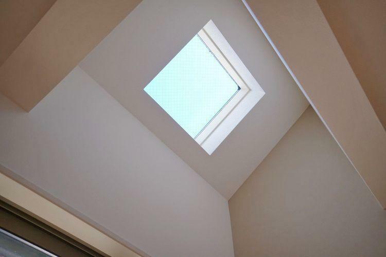 窓のほか、トップライトからも光が差し込む洋室。明るく居心地の良いスペースになりました。