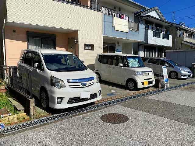 現況写真 駐車スペース広く2台並列に置けます
