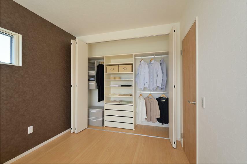 寝室 ※掲載の写真はモデルハウスを撮影(2020年11月)したもので、インテリア・小物・オプション品などは販売価格に含まれておりません。※参考写真は弊社施工例及びメーカー写真のため実際とは異なる場合があります。