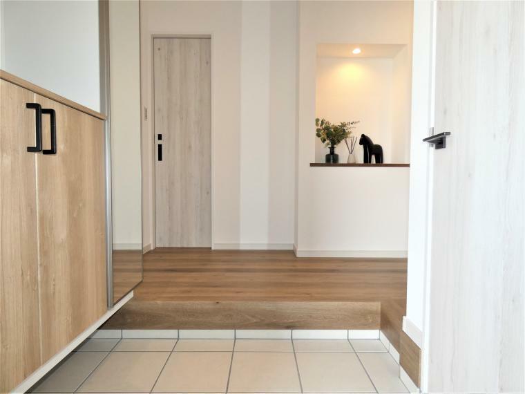 同仕様写真(内観) 広々とした玄関はお家の「顔」。シューズインクロークでいつも綺麗に、ニッチでいつもオシャレに。住んでからお楽しみいっぱいの空間への入口です。