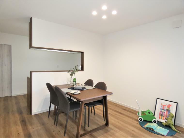 同仕様写真(内観) LDK全面に床暖房が配置され空気を汚さずあったか室内。調光・調色機能がついたLEDダウンライトを設け、明るさの調節、光色の調節などが可能なので生活シーンに合わせて演出ができます。