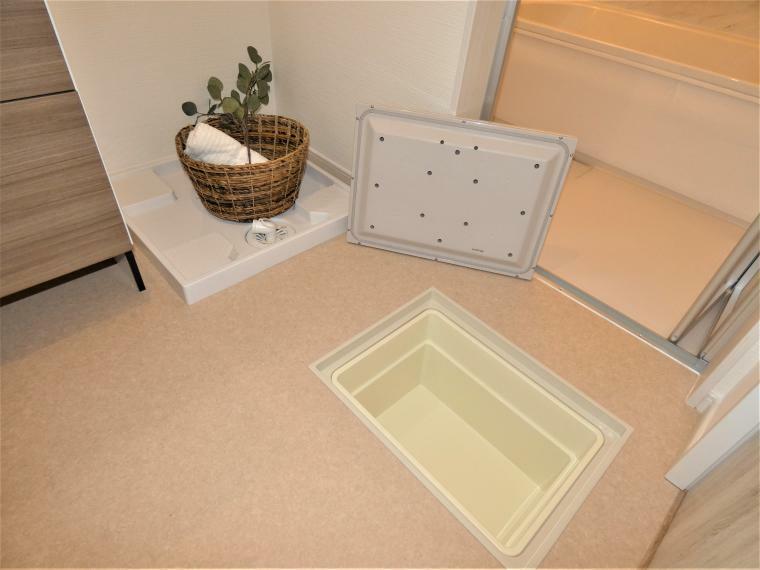 同仕様写真(内観) 洗面スペースには床下収納を設け、詰め替え用品など便利な収納を配置。また洗面台下にはヘルスメーター収納もございますのでゆったりと洗面所をお使い頂けます。